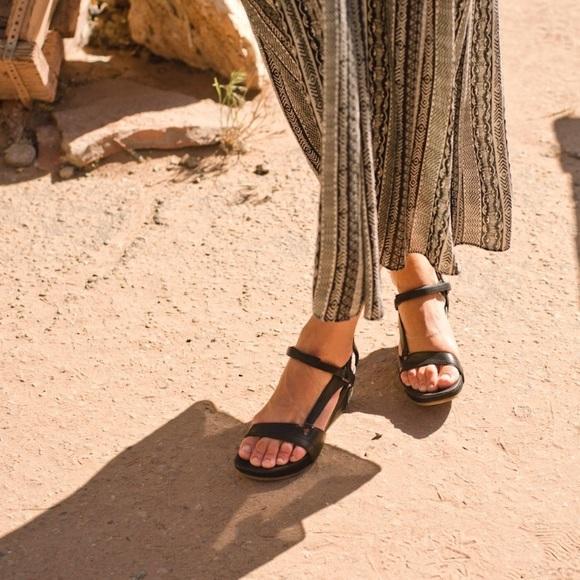 ff0c7777b5b1 Teva Sandals Capri Universal Pearlized Black 7.5. M 5acd14b22ab8c5cbfaa3b200